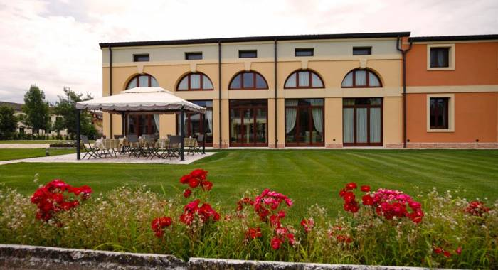 Country hotel with rooms in Verona and b&b formula