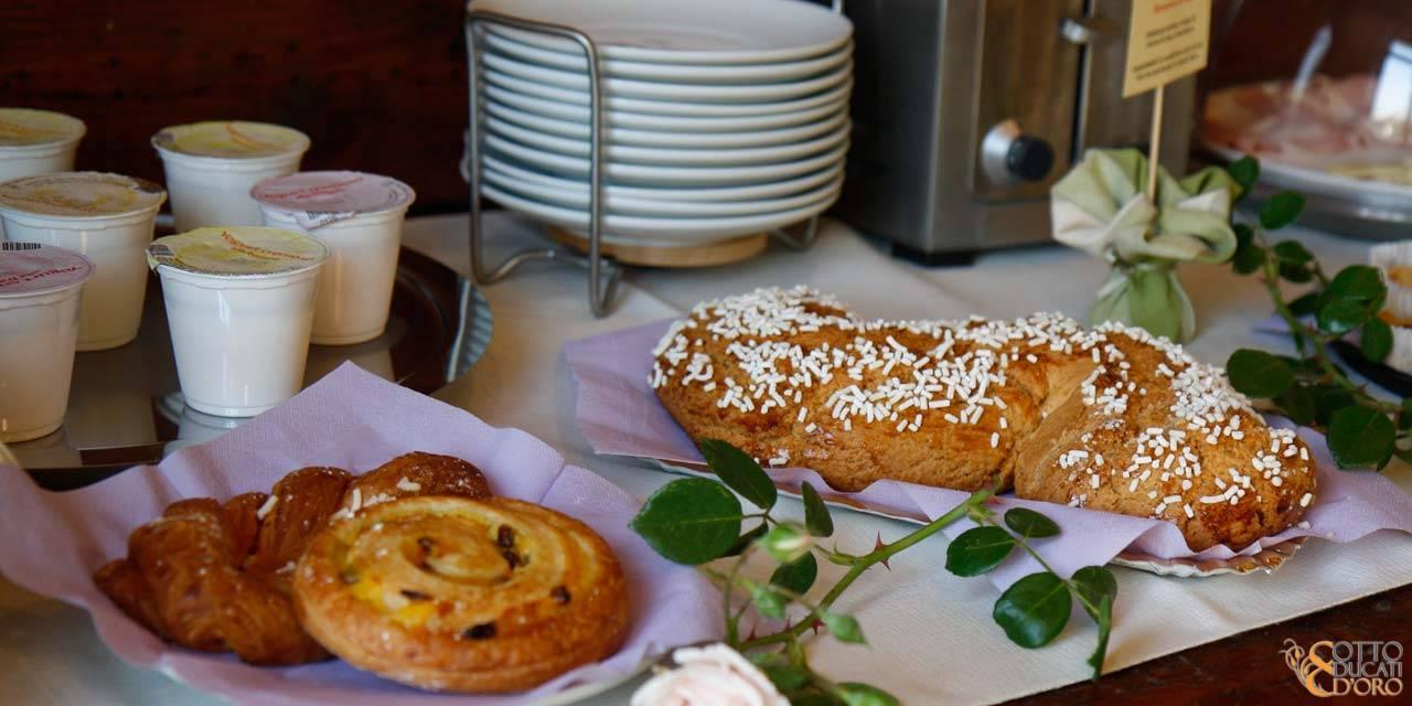 Relais con colazione classica italiana con cappuccino e brioche