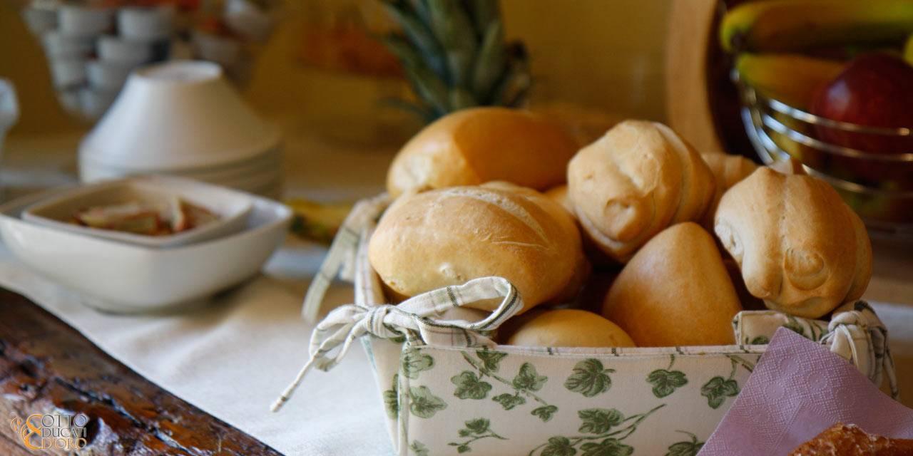 Colazione sana e nutriente per viaggi di lavoro con pane, pane tostato e succhi di frutta