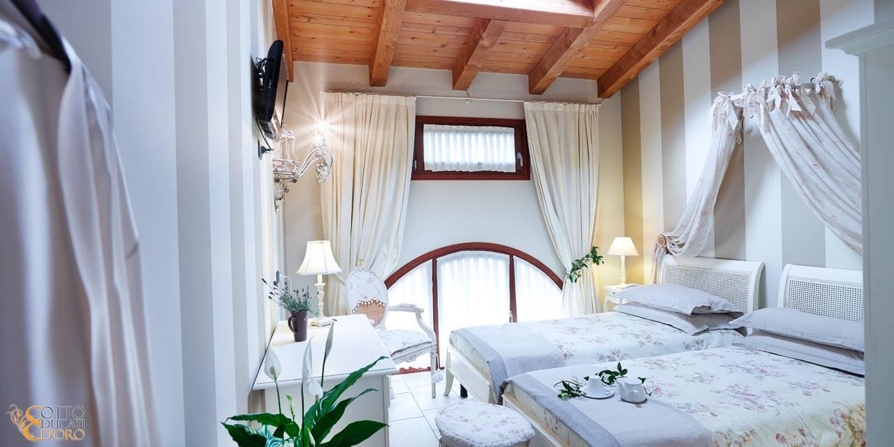 Arredamento camera da letto in stile provenzale con mobilio ...