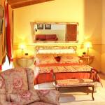 Hotel with room featuring spa services: chromotherapy, massage jets and double shower