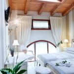 Camera da letto con tv incorporata e travi a vista
