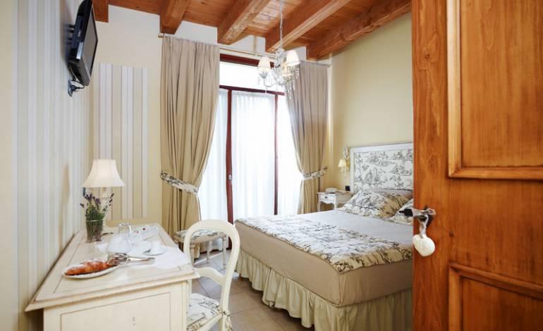 Cantico: camera piano terra decorata con colori neutri e tenui