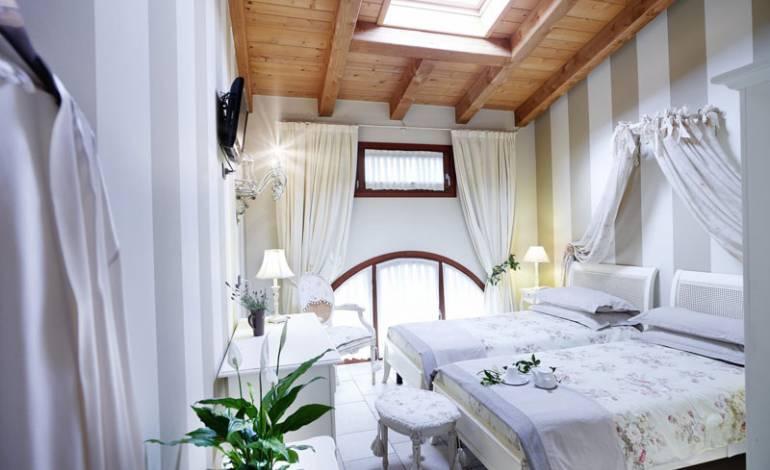 Bon Bon: camera doppia al primo piano con ampia finestra ad arco